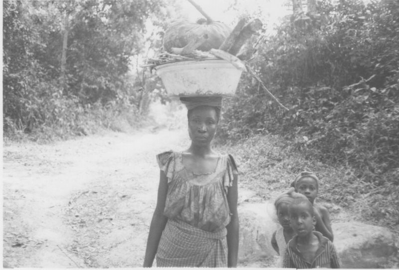 Liberia_WomanWithBasket